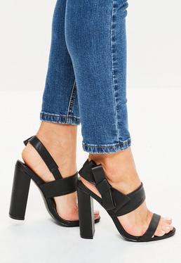 Czarne sandały na obcasie z ozdobną kokardką