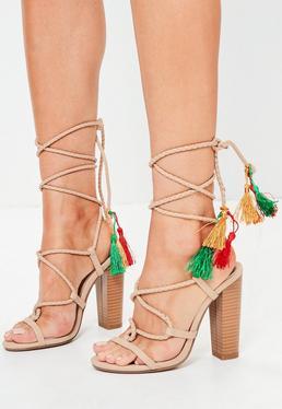 Sandalias de tacón cuadrado con borlas en nude