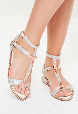 Silber glänzende Sandalen mit Nietenabsatz