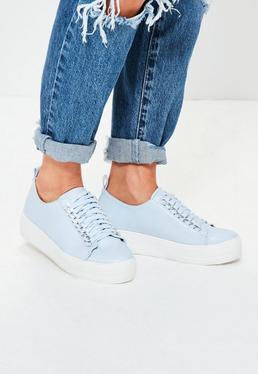 Niebieskie buty sportowe na platformie z ozdobnym łańcuchem