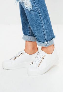 Białe buty sportowe na platformie z ozdobnym łańcuchem