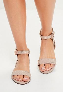 Beżowe płaskie sandały z ćwiekami i klamerką