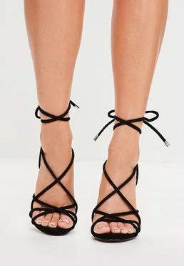 Sandalias romanas de tacón con tiras redondeadas en negro
