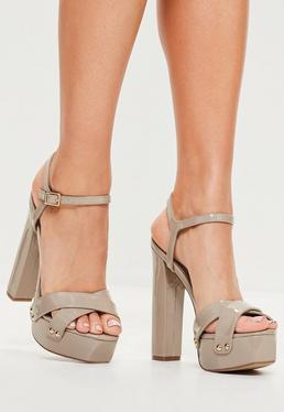 Sandalias de plataformas con tachuelas de vinilo en nude