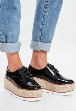 Schwarze Lack-Schuhe mit Bast-Plateau