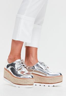 Silberne Lack-Schuhe mit Bast-Plateau