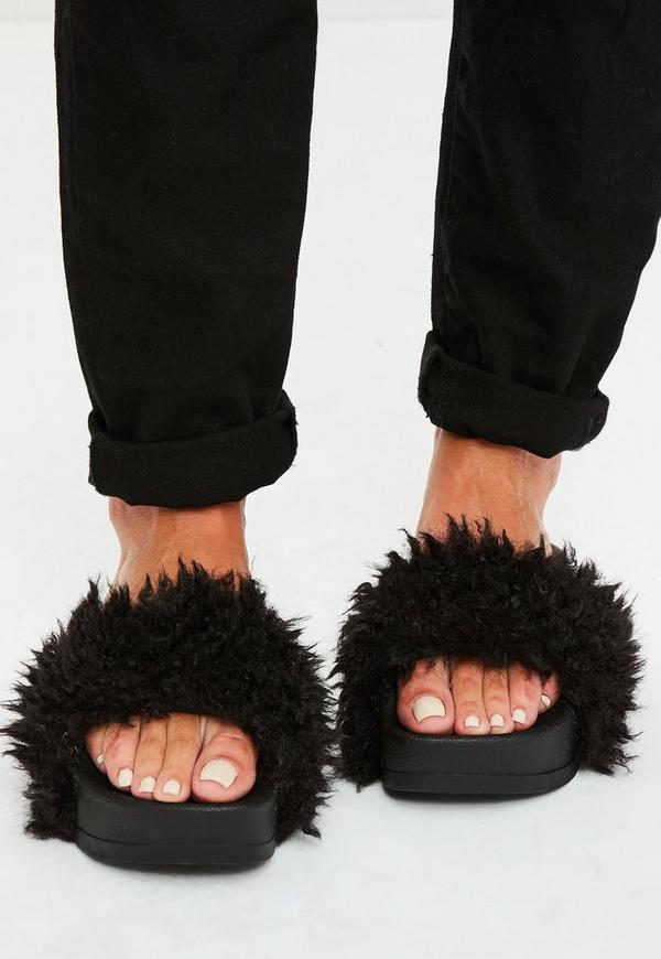schwarze flatform sandalen mit fell missguided. Black Bedroom Furniture Sets. Home Design Ideas