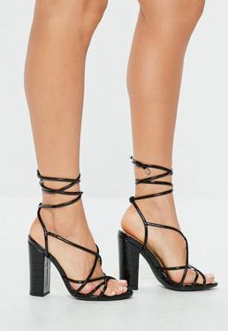 Sandalias con tiras de tacón cuadrado en negro