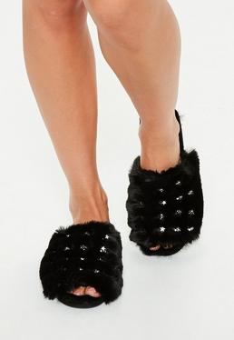 Czarne futrzane klapki z ćwiekami w kształcie gwiazdek
