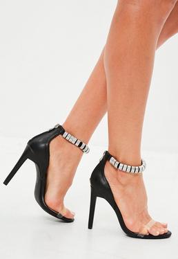 Sandalias con tacón fino con pedrería en negro