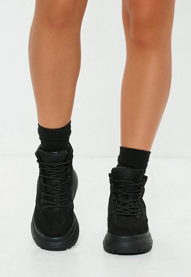 type bottes de rando noires à double semelle