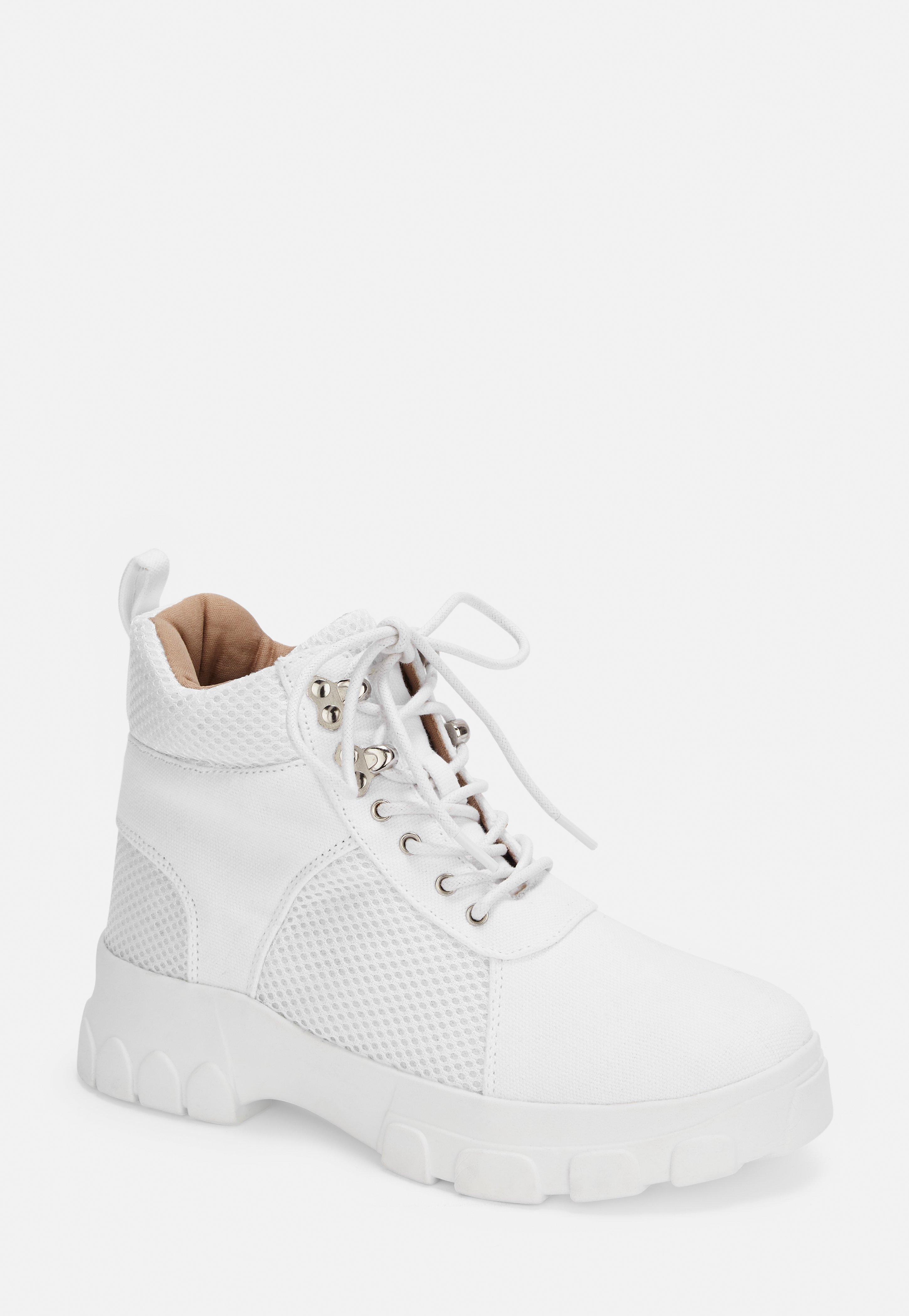 Sneaker im Wanderstil mit Schnürung und dicker Sohle in Weiß