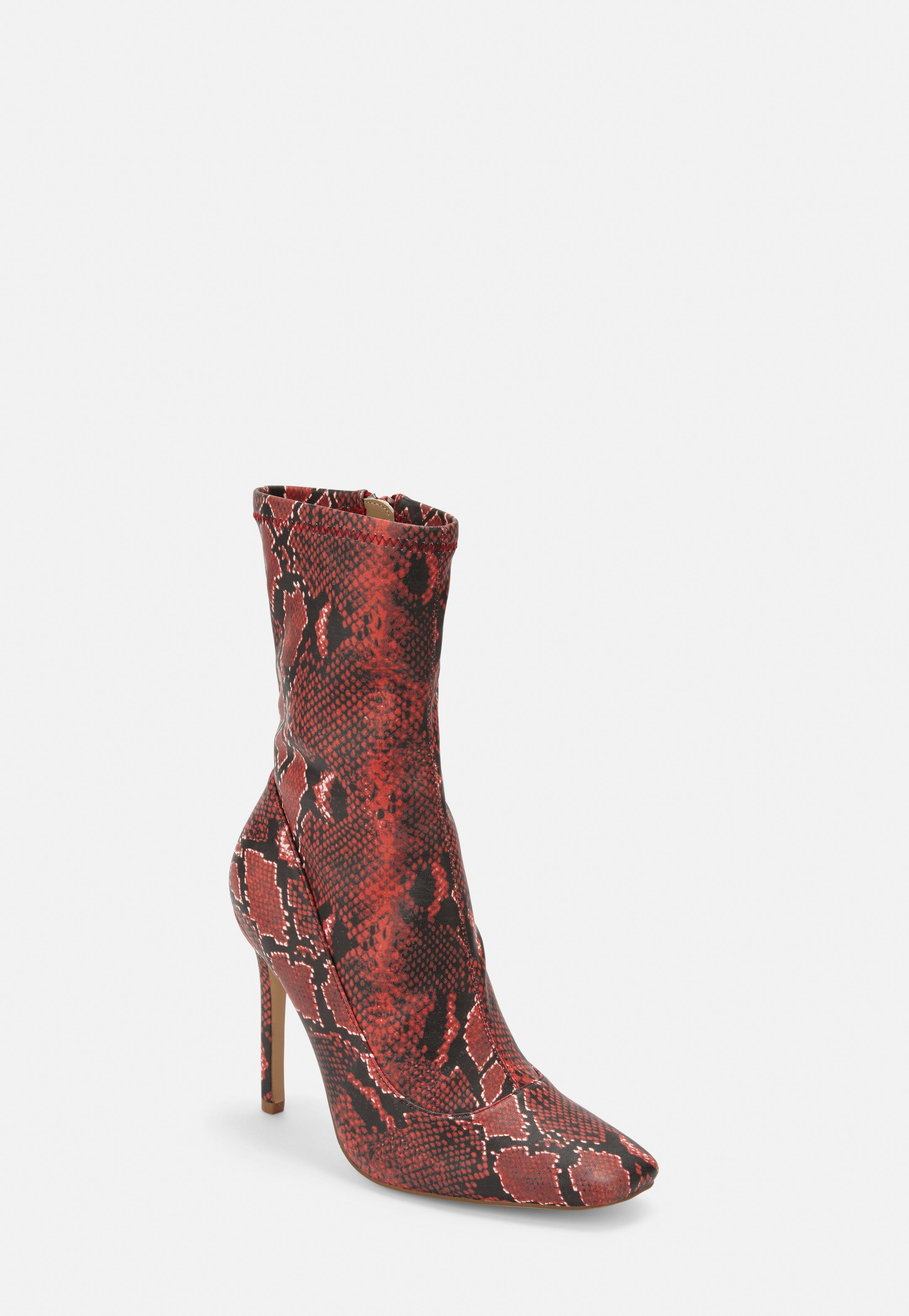 Bottines chaussettes rouges à talons aiguilles avec imprimé serpent