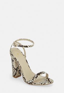 Бежевые босоножки на каблуке со змеиным принтом