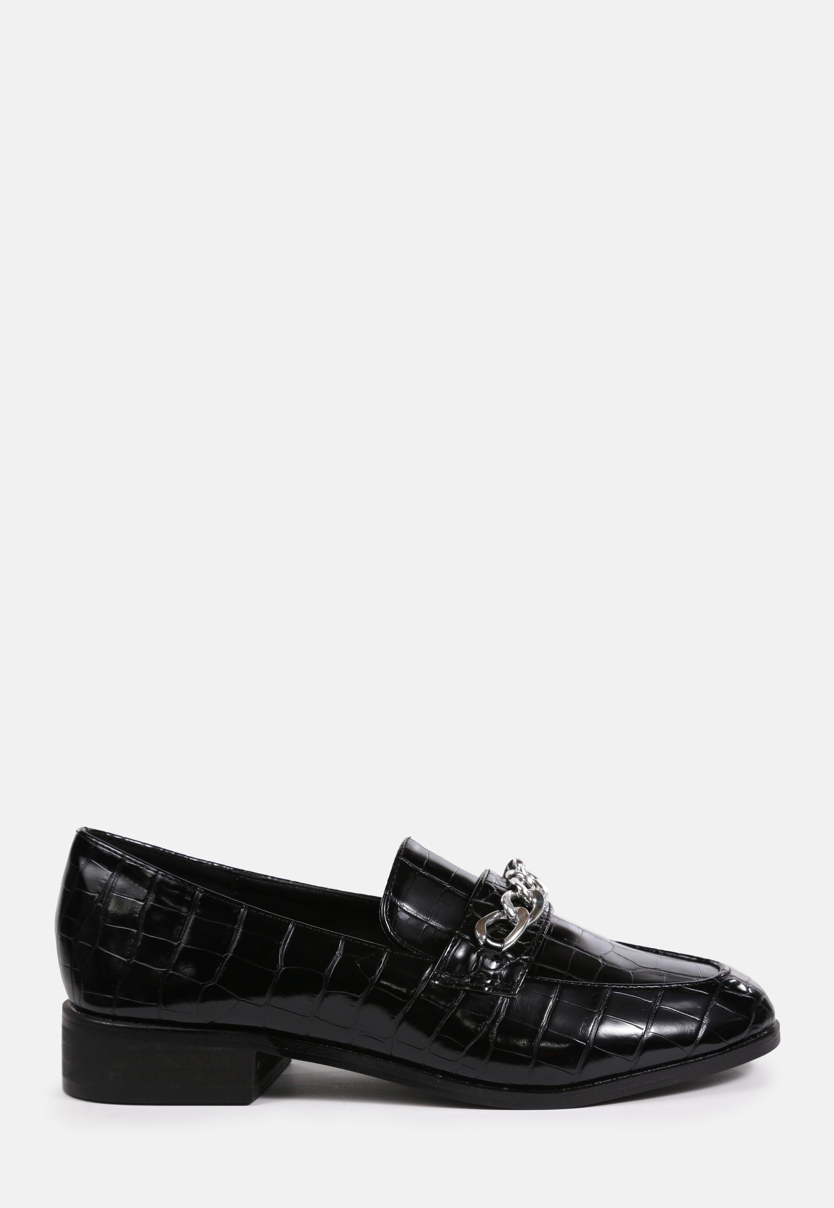 Loafer in Kroko Optik mit Ketten Detail in Schwarz