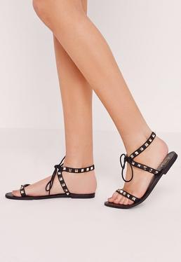 Zarte flache Sandalen mit Nieten in Schwarz