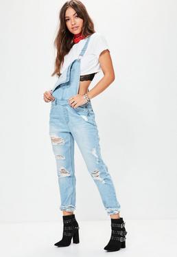 Niebieskie poszarpane jeansowe ogrodniczki