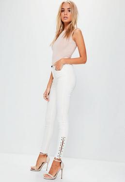 Białe jeansy Hustler z metalowymi kółeczkami