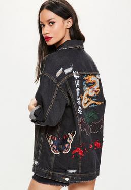 Czarna owersajzowa jeansowa kurtka katana z ozdobnymi naszyciami
