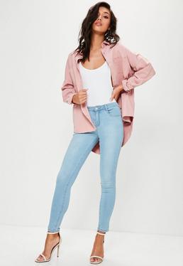 Niebieskie dopasowane jeansy z niskim stanem