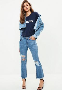 Niebieskie jeansy z rozszerzanymi nogawkami