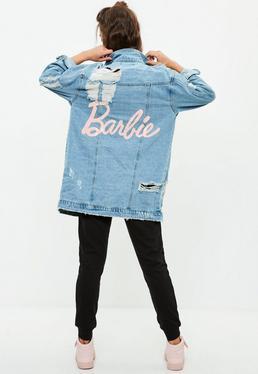 Barbie x Missguided Niebieska jeansowa długa kurtka z nadrukiem barbie
