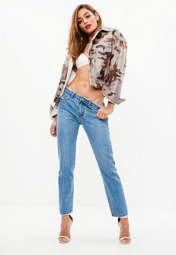 Boyfriend jeans are similar in some ways to another popular style of relaxed fit jeans: mom jeans. The main difference between the two styles is that mom jeans are high-waisted, while boyfriend jeans are generally low to mid rise. An area where mom jeans and boyfriend jeans are similar, in addition to being styles of relaxed fit jeans, is that they don't stretch as much as skinny jeans.