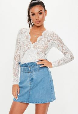 Jupe courte en jean crème Grandes Tailles · Jupe courte en jean bleue  volant et ceinture 243b2976941