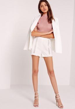Shorts mit Gitterdesigns und Spitzensaum in Weiß