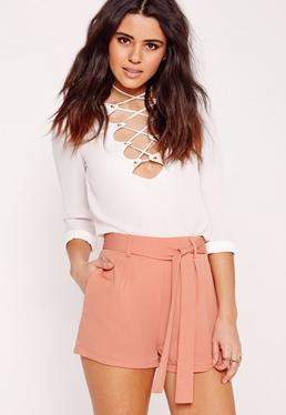 Short tailleur en crêpe rose avec ceinture