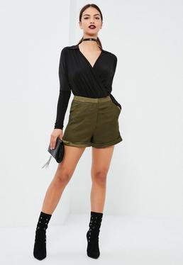 Figurbetonte Shorts mit Satindetails in Khaki