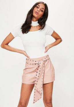 Kunstleder-Shorts mit Nietengürtel in Rosa