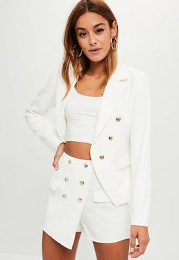 Falda pantalón entallada con botones en blanco