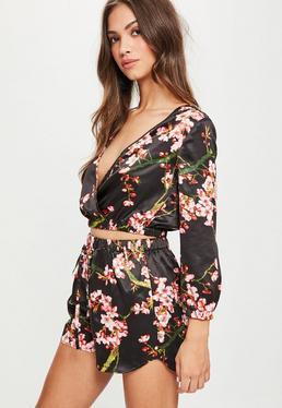 Short con flores de satén en negro