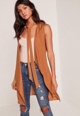 Veste sans manches marron en satin détail foulard