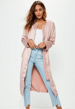Różowy satynowy płaszcz ze ściągaczami i zamkiem