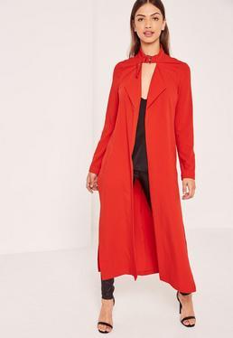 Czerwony długi płaszcz z krepy zapinany na klamrę na szyi