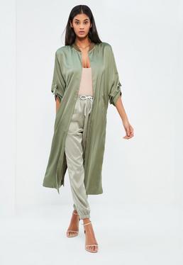 Manteau oversized vert en satin détails boucles