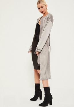 Szary satynowy płaszcz ze ściągaczami i zamkiem