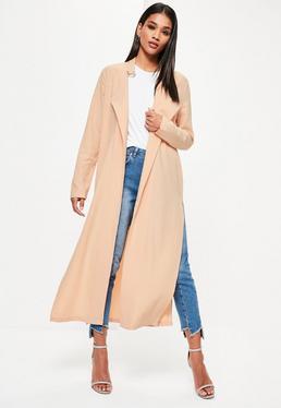 Beżowy długi płaszcz z rozcięciami bo bokach