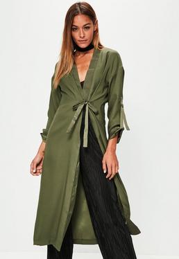 Satynowy płaszcz wiązany w pasie w kolorze khaki