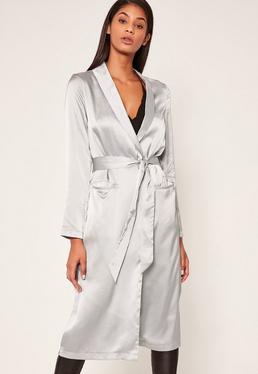 Srebrny satynowy długi płaszcz
