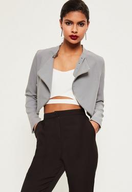 Jacke mit Halsgürtel und Reißverschluss-Details in Grau