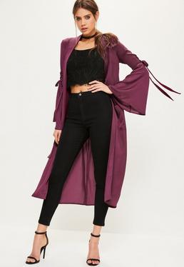 Burgundowy satynowy długi płaszcz z szerokimi rękawami i ozdobnymi wiązaniami