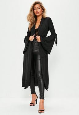 Czarny długi płaszcz z ozdobnymi wiązaniami na rękawach