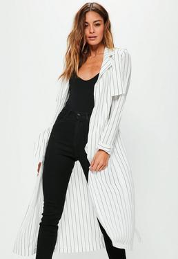 Biały długi płaszcz w czarne paski wiązany w pasie