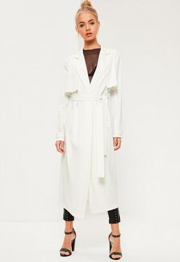 Biały długi elegancki płaszcz wiązany w pasie
