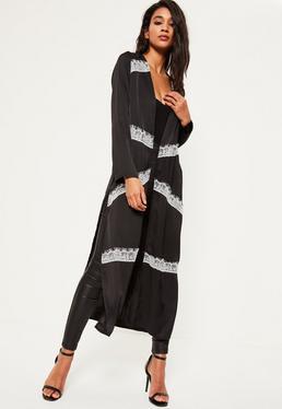 Czarny satynowy długi płaszcz z dodatkiem białej koronki
