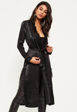 Czarny satynowy długi płaszcz z koronką wiązany w pasie