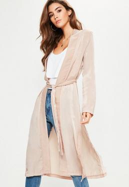 Różowy satynowy płaszcz kimono wiązany w pasie